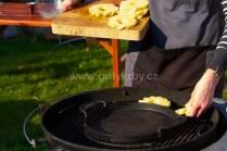 Plátky ananásu grilujeme priamo na rošte do chvíle kým budú mať typické zlatohnedé mriežky.
