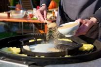 Do liatinovej panvice vložíme maslo a rozohrejeme, pridáme smotanu, hnedý cukor a škoricu, opatrne zvaríme na karamel.