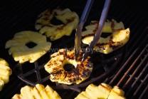 Plátky ananásu pripravené už k odobratiu z grilu.