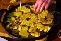 Do panvice s karamelom naukladáme plátky grilovaného ananásu a pripravíme si cesto na zaliatie.