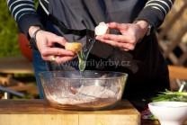 Do misy nasypeme múku, kypriaci prášok do pečiva, cukor, kakao a vanilkový cukor. Premiešame všetky sypké suroviny a postupne začneme pridávať ďalšie prísady.