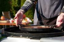 Koláč pečieme pod poklopom, občas skontrolujeme. Horúce brikety rozhrnieme k stranám grilu, inak by sa mohol koláč pripáliť.