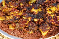 Ananásový koláč podávame teplý aj studený, doplnený kopčekom šľahanej smotany.