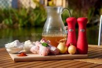 Na prípravu kurčaťa na paprike si pripravíme kuracie paličky, soľ, korenie, sladkú mletú papriku, masť, vývar, hladkú múku, trochu oleja, cibuľu. Na žemľové knedle staršie rožky, mlieko, múku, vajcia a soľ.