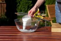 Uvariť knedľu na grile nie je zase nič také zložité, ako sa môže na prvý pohľad zdať. Potrebujeme múku, kypriaci prášok do pečiva, soľ, staršie rožky, vajcia a mlieko či vlažnú vodu.