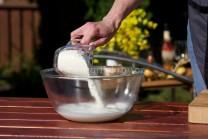 Do väčšej misy vlejeme mlieko, prisypeme múku zmiešanú vopred s kypriacim práškom do pečiva a trochou soli. Prášok je nutné do múky zamiešať dopredu, aby nám pri prisypaní do mlieka rýchlo nevzkypel. Knedle by boli tuhé.