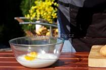 Do misy s múkou a mliekom rozklepneme potrebný počet vajec. Môžeme premiešať vareškou. Vypracujeme redšie cesto.