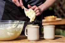 Aby sme nemali cesto všade, použijeme na plnenie do hrnčekov polievkovú lyžicu alebo varešku.
