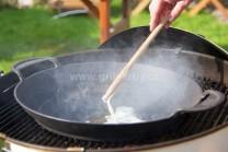 Liatinovú panvicu BBQ weber wok vložíme do stredu grilu Weber One-Touch premium Gourmet. Do panvice vložíme masť a necháme rozpáliť.