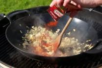 Usmaženú cibuľku zasypeme sladkou mletou paprikou a opatrne prehrejeme. Paprika sa veľmi rýchlo prepaľuje, dáme pozor, aby nám nezhorkla. Teplotu grilu môžeme znížiť.