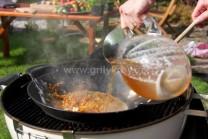 Studený vývar vlievame veľmi opatrne, aby nás neoparila para z woku. Omáčku dôkladne premiešame, nesmú v nej zostať žmolky. Necháme za častého prebublávania prevariť aspoň 20 minút. Vložíme kuracie paličky a spoločne prevaríme.