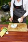 Pri príprave náplne vezmeme malú misku, do ktorej vložíme syr, kyslú smotanu, bylinky, osolíme a podľa chuti okoreníme. Prisypeme nadrobno nasekané olivy.