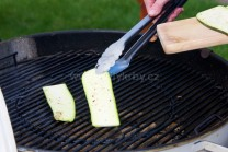Plátky cukety kladieme s použitím grilovacieho náčinia Weber Style na rozpálený rošt kotlového grilu. Otáčaním o 180 stupňov sa nám na plátkoch vytvoria pekné opečené mriežky.