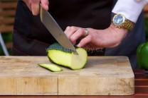 Cuketu nakrájame na plátky nie hrubšie ako 0,5 cm. Dbáme na to, aby boli plátky rovnaké. Budú sa aj rovnako dlho grilovať.