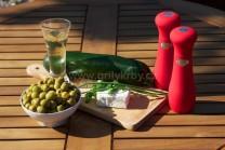 U závitkov z cukety potrebujeme cukety, tvarohový syr, kyslú smotanu, zelené olivy s papričkou, olivový olej, soľ a korenie. U náplne môžeme použiť syr s bylinkami alebo bez príchute, ochutený vlastnými výpestkami zo záhradky.