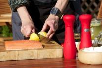 Lososa pokvapkáme zo všetkých strán citrónovou šťavou a necháme chvíľku odležať. K príprave rybích pokrmov si vyberáme predovšetkým ryby čerstvé alebo chladené. Z mrazených nedosiahneme taký dobrý výsledok.