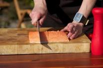 Očistený filet z lososa očistíme a odstránime zvyšné kosti. Rybu rovnomerne nakrojíme na 8 rovnakých dielov, dáme pozor, aby sme neprokrojili kožu.