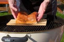 Rybu opatrne prenesieme rukami alebo lopatkou na ryby Weber style. Pre silnejšiu arómu môžeme na rozžeravené brikety vhodiť ešte 1 - 2 hrste namočených cédrových lupienkov.