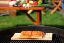 Cédrové lupienky je možné položiť suché aj na rozpálený grilovací rošt okolo doštičky s rybou. Priklopíme vekom grilu a necháme údiť.