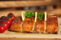 Údeného lososa zložíme z grilu, preložíme na nahriaty tanier alebo čistú doštičku. Servírujeme s pečivom, citrónom a zeleninovou oblohou.