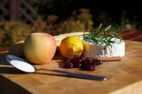 Pripravíme si kozí camembert, jablko, čerstvé alebo sušené brusnice, škoricu, cukor, citrónovú šťavu, rozmarín.