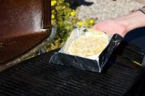 Grilujeme nepriamou metódou a to tak dlho, kým sa syr nenafúkne.