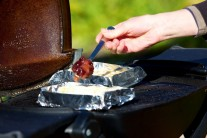 Na správne rozohriaty syr pridáme brusnice.