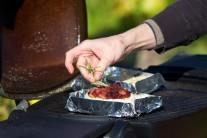 Syr môžeme dozdobiť čerstvým rozmarínom.