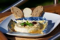 Grilovaný camembert podávame s čerstvou zeleninou a bagetou.