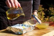 Potom ho zalejeme troškou olivového oleja.