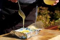 Syr polejeme jednou lyžicou medu a posypeme ho mandľami.