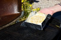 Camembert v zapekacej miske položíme na rozpálený rošt.