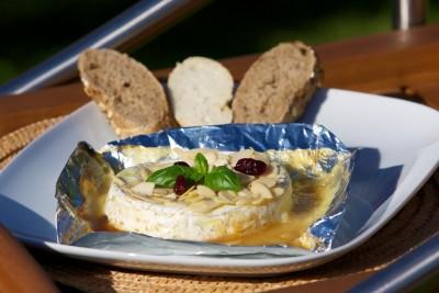 Grilovaný camembert s mandľami a medom