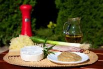 Pripravíme si hermelín, slaninu, lístky šalvie, celozrnnú horčicu, kyslú kapustu, jarnú cibuľku, slnečnicový olej, povrázok a alobal.