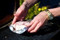 Alobalovú misku s hermelínom položíme na rozpálený rošt.