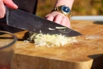 Medzitým si nakrájame nadrobno kapustu, ktorú osladíme, osolíme a pokvapkáme trochou olivového oleja.