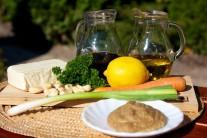 Pripravíme si tofu, sójovú omáčku, olivový olej, červené papriky, horčicu, kari, mrkvu, citrónovú šťavu, cukor, kešu oriešky, jarnú cibuľku, zelenú petržlenovú vňať.