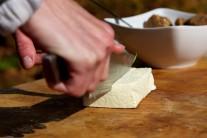 Tofu nakrájame na väčšie kúsky.