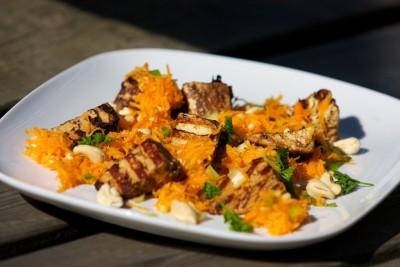 Grilované tofu s mrkvovým šalátom