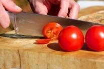 Nakrájame si paradajky na tenké plátky...