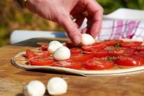 K plátkom paradajok pridáme kúsky syra mozzarella.