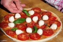 Pizzu nakoniec dozdobíme lístkami čerstvej bazalky.