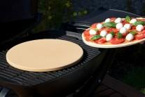 Pizzu na plechovom podnose položíme doprostred grilu na pizza kameň.