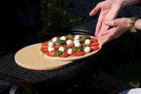 Pizzu pečieme so zavretým poklopom 15-20 minút, kým nebudú kraje pizze upečené dozlata.