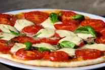 Pizzu podávame samotnú ako hlavný chod.