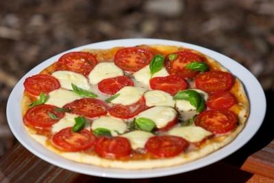 Pizza s paradajkami, mozzarellou a bazalkou