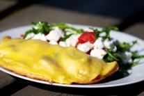 Celú kapsu potrieme vajcom a dáme na gril na rozpálený pizza kameň. Grilujeme do doby, než cesto zozlatne. Podávame samotné alebo so zeleninovým šalátom.