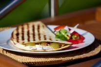 Tortily môžeme nakrájať na trojuholníčky, alebo ich nechať len tak. Možno ich podávať len tak samotné alebo s chrenovou či uhorkovou omáčkou.