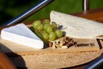 Pripravíme si tortily, syr s bielou plesňou, hrozno a zmes orechov (vlašské, lieskové, pekanové).