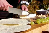 Tortily položíme na rovnú plochu a postupne na ne kladieme nakrájaný syr...